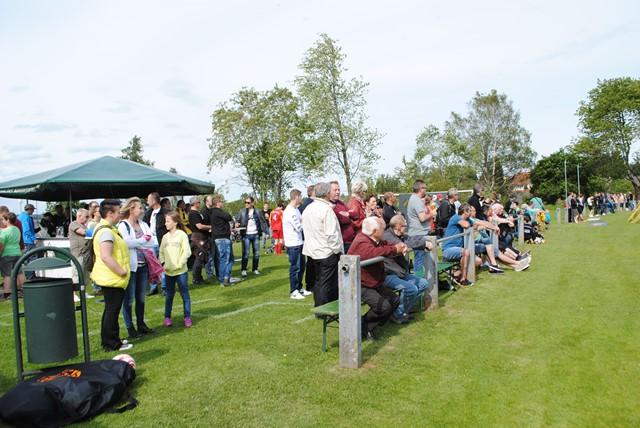 Rund 300 Zuschauer verfolgten gespannt das vergangene Spiel und feierten anschließend gemeinsam mit dem Sieger die Meisterschaft