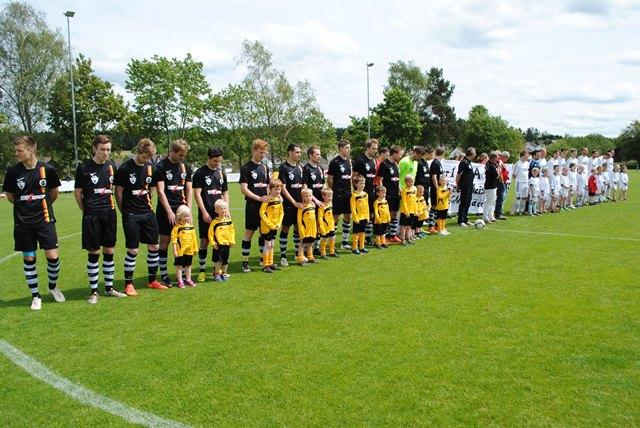 SGM Aichhalden-Rötenberg sowie der Gastverein SV Herrenzimmern vor Spielbeginn.