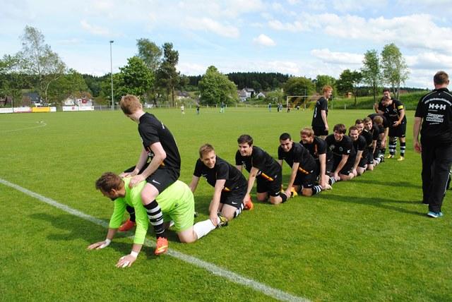 Spieler der ersten Mannschaft feiern ihren 5:0 Sieg gegen den SV Herrenzimmern sowie die Meisterschaft und den damit verbundenen Aufstieg in die Bezirksliga.