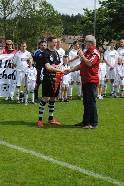 Bezirksstaffelleiter Rolf Jerger übergibt dem Mannschaftskapitän Christoph Marte die verdiente Meisterwimpel.