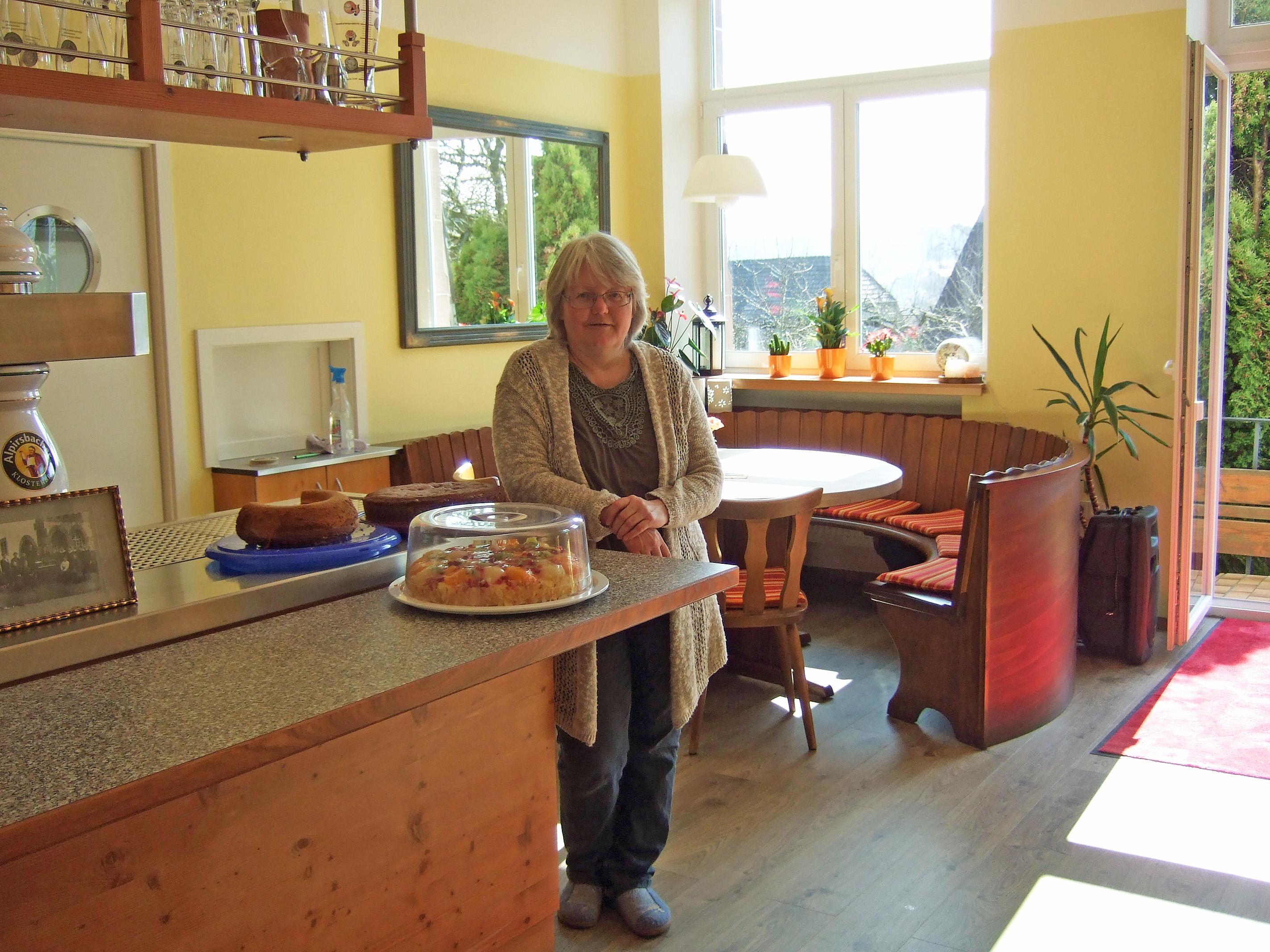 S'Cafe Wirtin an der Theke