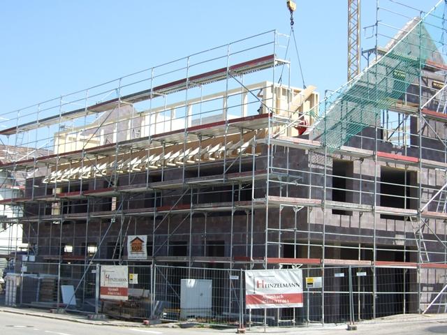 Ansicht West mit Südgiebel – Die Arbeiten an den Dachgauben haben begonnen