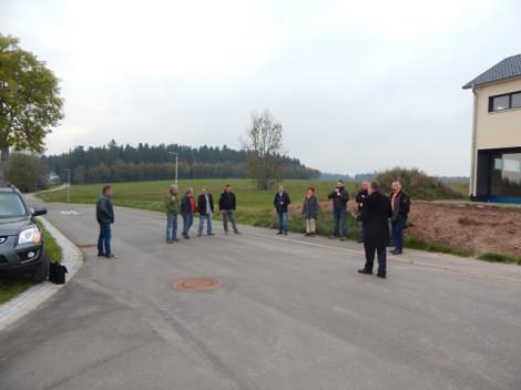 """Der Gemeinderat besichtigte in seiner jüngsten Sitzung das Baugebiet """"Alter V"""" sowie den Standort des künftigen Kinderspielplatzes"""