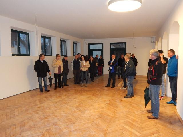 Gemeinderäte und interessierte Bürgerinnen und Bürger besichtigten den sanierten Bürgersaal im Gebäude Aliprsbacher Straße 15.