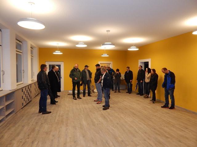 Kindergartenleiterin Brigit Döttling erläuterte den Gemeinderäten die künftige Nutzug der ehemaligen Räume, in denen bisher die Ortsverwaltung beheimatet war.