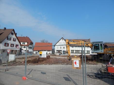 Am oberen Kirchplatz wurde mit dem Neubau der Ortsverwaltung mit vier Wohneinheiten begonnen. Die Bodenplatte ist fertig gestellt, derzeit werden die Kellerwände eingeschalt.