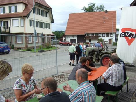 Viele Bürgerinnen und Bürger verweilten vor der  neuen Ortsverwaltung bei Kaffee und Kuchen