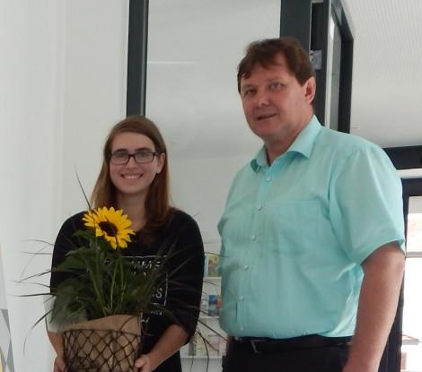 Bürgermeister Michael Lehrer gratuliert Jessica Wössner zum überaus erfolgreichen Abschluss der Berufsausbildung im Maler- und Lackiererhandwerk