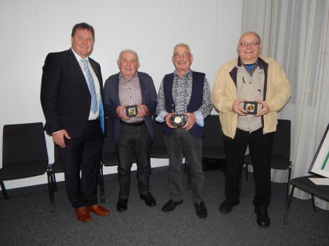 Bürgermedaille von links: Bürgermeister Lehrer mit den Geehrten Albert Kunz, Bernhard Broghammer und Rupert Fischer