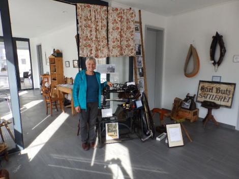 Edith Maier vor der großen Schuster- / Sattlernähmaschine