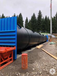 Die Polyethylenröhre ist mit der Andockstation am bestehenden Hochbehälter verbunden