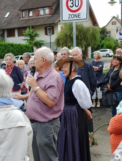 Ortsspaziergang Rötenberg Edith Maier in der Rötenberger Tracht und Jürgen Schmid